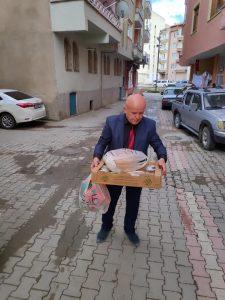 """Sungurlu'da sosyal faaliyetleri ile bilinen berber Hüsnü Güngör, """"Sungurlu Kırım Türkleri Gönülleri gönül sofrası ailesi olarak 220 ihtiyaç sahibi vatandaşımıza ulaştık"""" dedi.   Sungurlu Haber"""