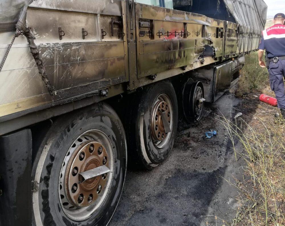 Sungurlu'da, hareket halindeyken aşırı derecede ısınan balatalar nedeniyle alev alan tırın lastikleri, itfaiye ekiplerince söndürüldü.   Sungurlu Haber