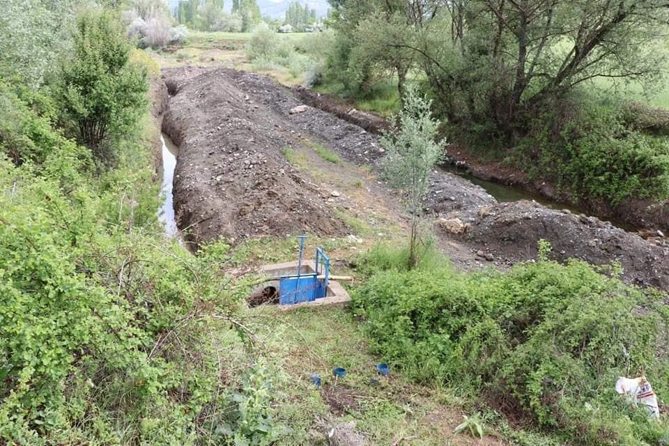 Boğazkale Kaymakamı ve Sungurlu Kaymakam vekili Yunus Ataman, Eşme köyünü ziyaret ederek sulama konusunda yaşanan sıkıntıların çözümü konusunda yapılması gereken çalışmalara ilişkin incelemelerde bulundu. | Sungurlu Haber