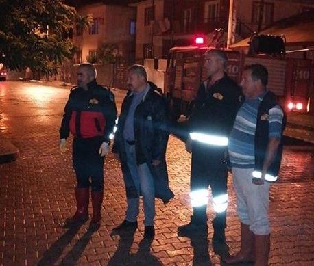 Dün akşam saatlerinde kuvvetli yağan yağmur sonrası mağduriyet yaşayan vatandaşların imdadına yetişen belediye personeli, geç saatlere kadar çalışmalarını sürdürdü. | Sungurlu Haber