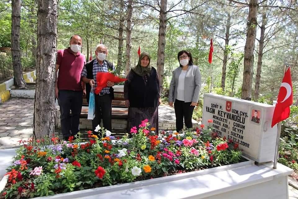 Belediye Başkanı Abdulkadir Şahiner, babalar gününde vatan uğruna evlatlarını toprağa veren şehit babalarımızı unutmadı. Belediye Başkan Yardımcımız Sakine Sarıyüce, şehit babalarımızı ziyaret ederek başkanımızın selamlarını iletip, çiçek ve çikolata hediye etti. | Sungurlu Haber