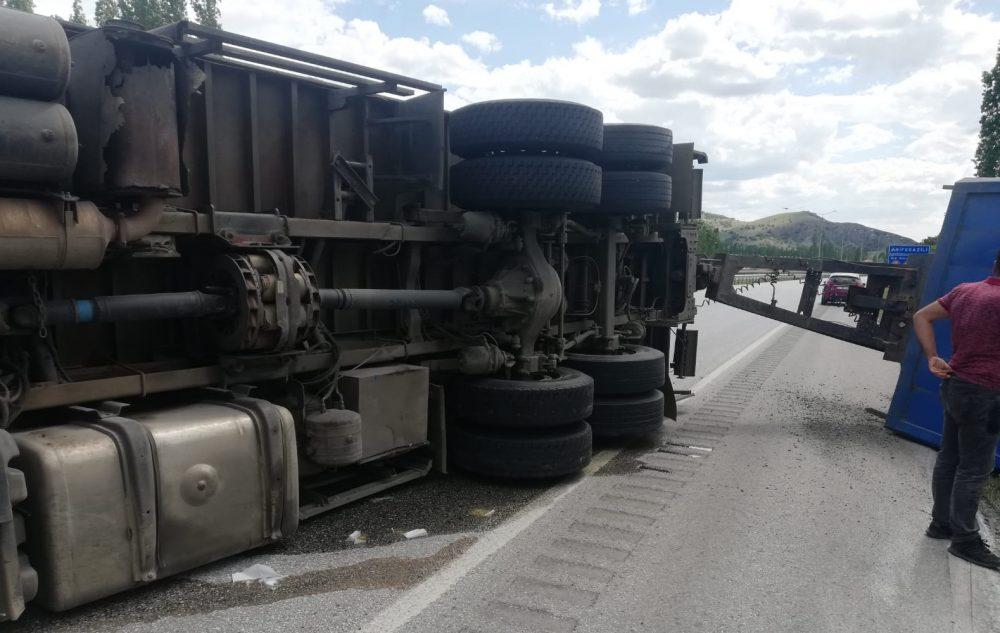 Sungurlu'da meydana gelen trafik kazasında kargo kamyonu devrildi, 2 kişi yaralandı. | Sungurlu Haber