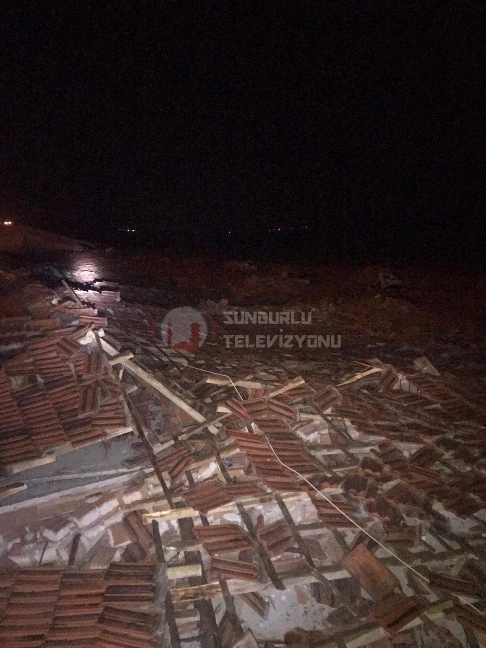Sungurlu'da bulunan traktör galericiler sitesinin çatısı şiddetli rüzgara dayanamadı. Olayda 12 iş yerinin hasar gördüğü öğrenildi. | Sungurlu Haber