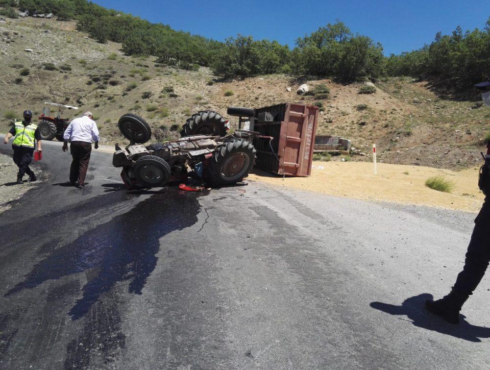 Sungurlu'da buğday yüklü traktör devrildi, 2 kişi yaralandı. Kaza ilçeye bağlı Kaledere Köy yolunda meydana geldi | Sungurlu Haber