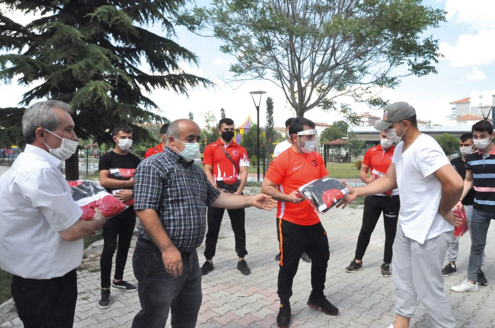 Sungurlu'da güreşçileri ziyaret eden Serbest Güreş Milli Takımı Antrenörü Abdullah Çakmar, aralarında, geçen yıl düzenlenen Dünya Yıldızlar Grekoromen Güreş Şampiyonasında Dünya ikincisi olan milli güreşçi Mert İlbars'ın da bulunduğu sporculara malzeme yardımında bulundu. | Sungurlu Haber
