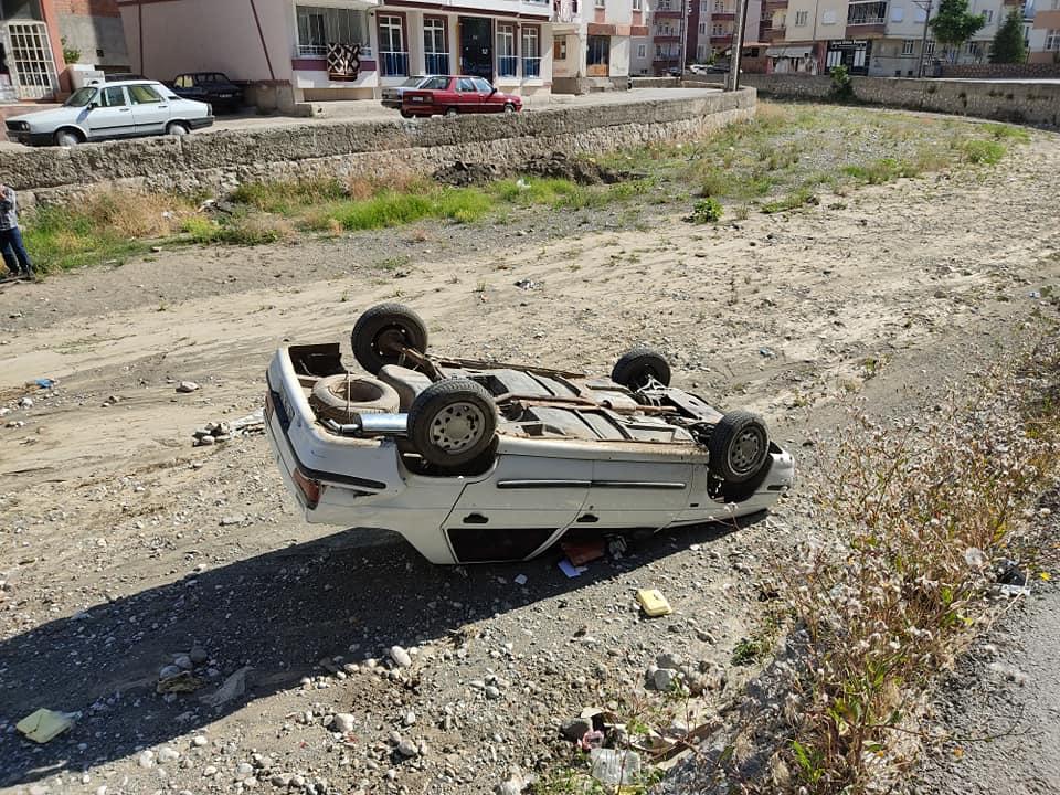 Fatih Mahallesi Fatih Ortaokulu yanında park halindeki otomobil çaya uçtu. Sabah yoldan geçenler otomobili çaya uçmuş vaziyette gördü. | Sungurlu Haber