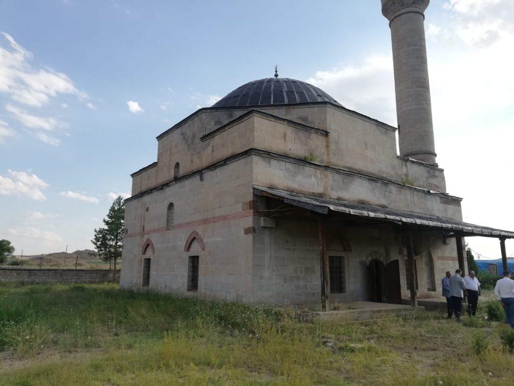 Sungurlu'ya bağlı Yörüklü Köyü'nde bulunan ve 590 yıllık geçmişe sahip tarihi camii, bakım ve onarım çalışması gerektiriyor. | Sungurlu Haber
