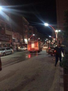 Sungurlu'da 4 katlı apartmanın 2. katında yangın çıktı. İtfaiye ekipleri tarafından söndürülen yangında ev kullanılmaz hale gelirken, yangında bir kişi hastaneye kaldırıldı. | Sungurlu Haber
