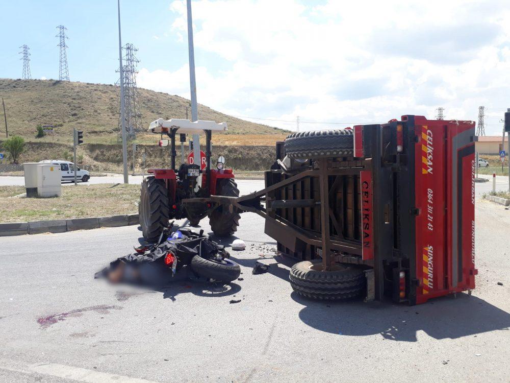 Sungurlu'da, Kemallı Kavşağında motosiklet ile traktörün çarpışması sonucu meydana gelen trafik kazasında 1 kişi hayatını kaybederken, 1 kişi de ağır yaralandı. | Sungurlu Haber