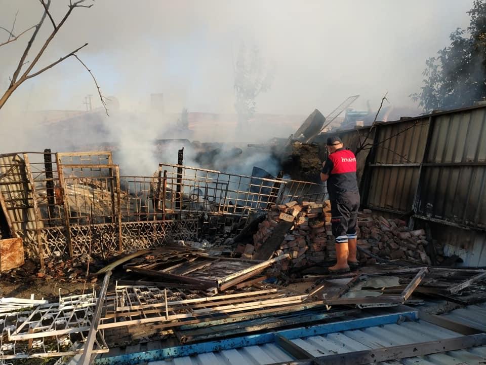 Sungurlu'da meydana gelen yangında tandırlık ve odunluk tamamen kül olurken, itfaiye ekipleri olası faciayı önledi. | Sungurlu Haber