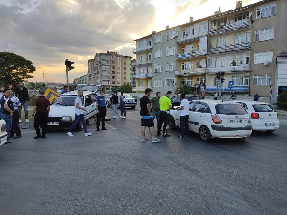 Sungurlu'da Taş köprü kavşağında iki otomobil çarpıştı. Kazada yaralananlar hastaneye kaldırıldı. | Sungurlu Haber
