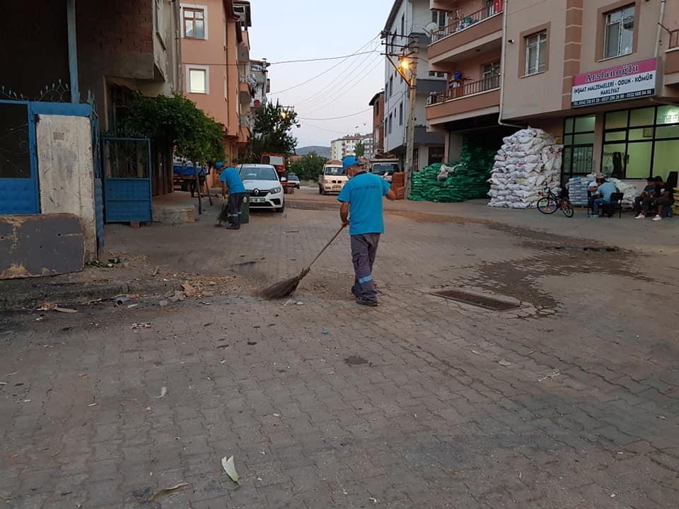 Sungurlu Belediyesi Temizlik İşleri Müdürlüğü ekipleri, 'Daha Temiz Bir Sungurlu' için var gücüyle çalışmaya devam ediyor. Temizlik İşleri Müdürlüğü ekipleri, her gün değişik mahallelerde komple sokak ve cadde temizleme işlerini gerçekleştiriyor. | Sungurlu Haber