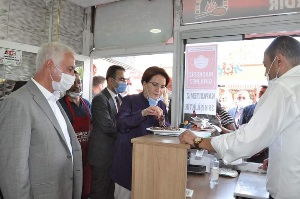 Akşener, Sungurlu Belediye Başkanı Abdulkadir Şahiner'in oğlu Oğuzhan Şahiner'in düğün töreni ve bir dizi inceleme ve ziyaretler için bugün öğle saatlerinde Sungurlu'ya geldi. Esnaf ziyareti gerçekleştirdikten sonra Alaca ilçesine gitmek üzere Sungurlu'dan ayrıldı. | Sungurlu Haber