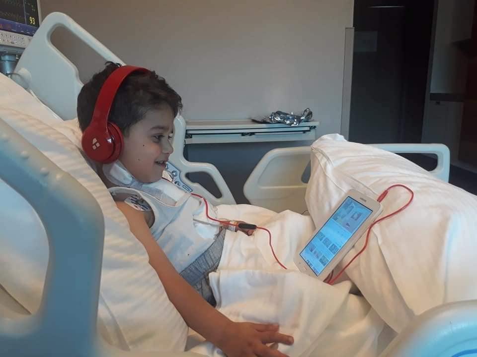 Çorum'da yaşayan ve doğuştan kalbinin yarısı olmayan 3 yaşındaki Rüzgar Ege Şahin'e Belediye Başkanı Abdulkadir Şahiner sahip çıkarak, ameliyat masraflarını karşıladı. Oğlunun sağlık sorunları nedeniyle yardım talebinde bulunan Zeynep Büşra Yalınız'ın yardım talebine karşılık veren Belediye Başkanı Abdulkadir Şahiner, süreç boyunca anne ve oğlunun her zaman yanında olduklarını ifade etti. | Sungurlu Haber