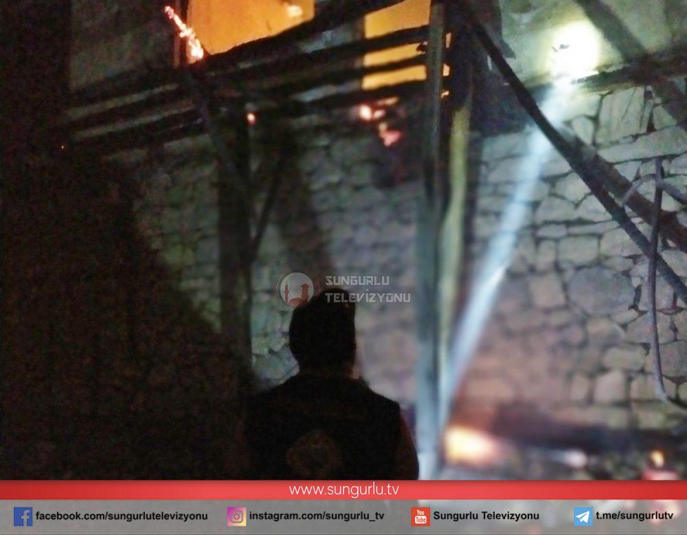 Çorum'da merkeze bağlı Narlık köyünde çıkan yangında 3 ev yandı. Sungurlu Belediyesi İtfaiye ekiplerinin erken müdahalesi olası bir faciayı önledi. | Sungurlu Haber