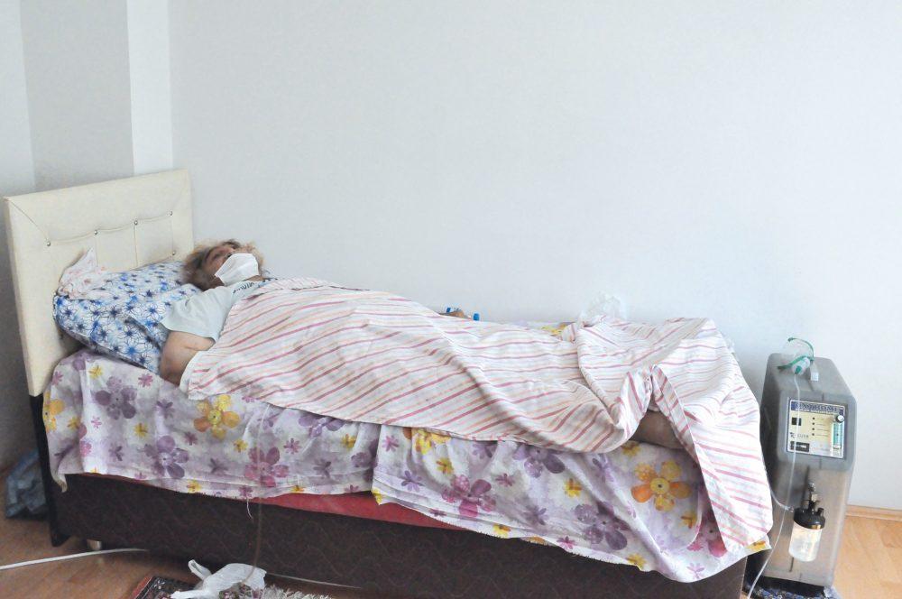 Şekerpınar Mahallesi Mehmet Akif Caddesi Özköse Apartmanı No:15'de ikamet eden ve Koah astım ve kemik erimesi hastası olan 72 yaşındaki Dursune Kargın, yetkililerden yardım bekliyor. | Sungurlu Haber