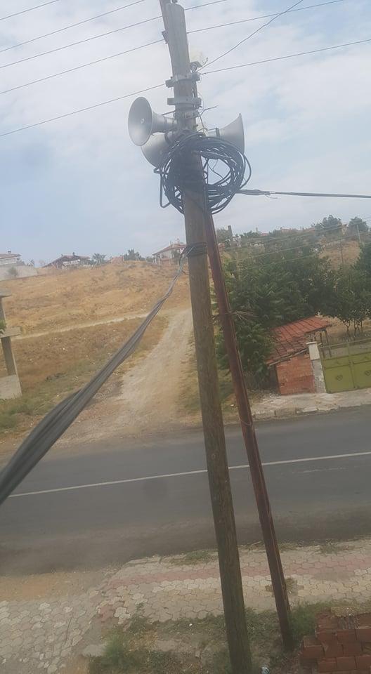 Akçay Mahallesi Recep Tayyib Erdoğan Caddesi Fevzi Çakmak Okulu karşında yaşayan vatandaşlar, Türk Telekom'a ait olan ve yerlerde gezen kablolarından şikayetçi. | Sungurlu Haber