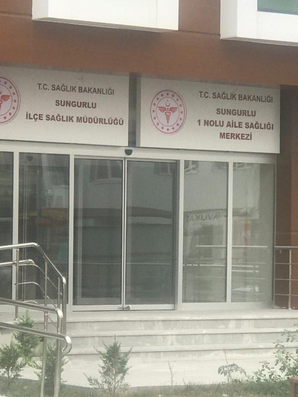 İYİ Parti Sungurlu İlçe Başkanı Dursun Kanmış, 2018 yılında yapımına başlanan ve 2020 Ocak ayında tamamlanan sağlık kompleksinin daha ne kadar boş bekleyeceğini sordu. | Sungurlu Haber