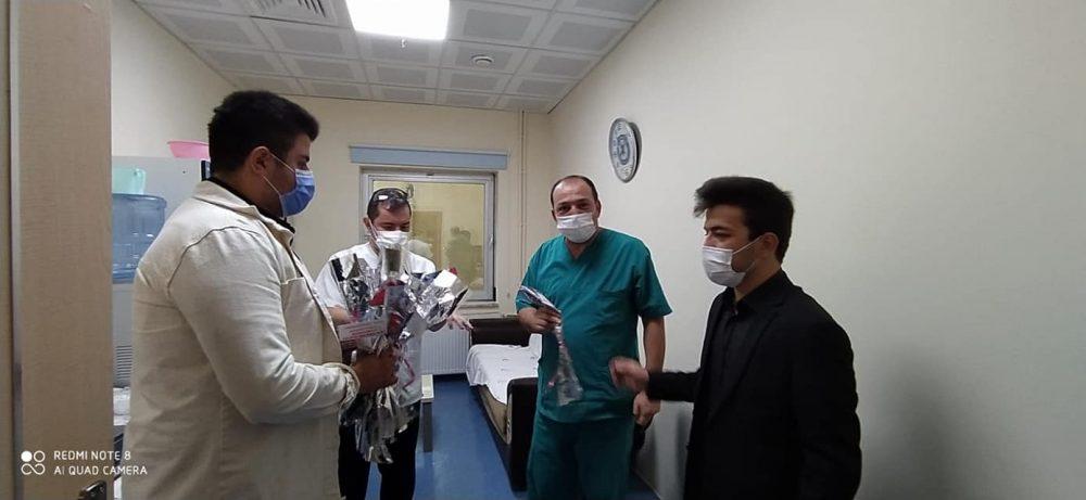 Ülkü Ocakları Eğitim ve Kültür Vakfı Sungurlu İlçe Başkanlığı, içinde bulunduğumuz zorlu süreç içerisinde türlü fedakarlıklarla çalışan sağlık çalışanlarını ziyaret ederek karanfil verdi. | Sungurlu Haber