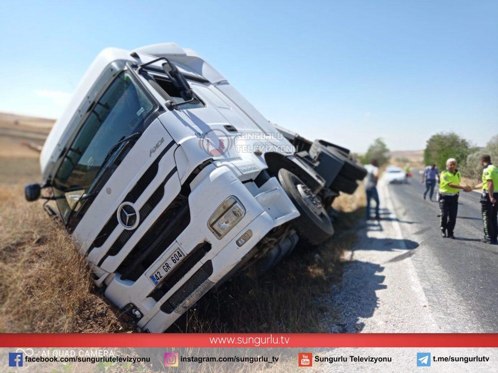 Sungurlu'da tohum yüklü TIR devrildi.Edinilen bilgilere göre kaza Sungurlu-Alaca yolu Ekmekçi Köyü yakınlarında meydana geldi. | Sungurlu Haber