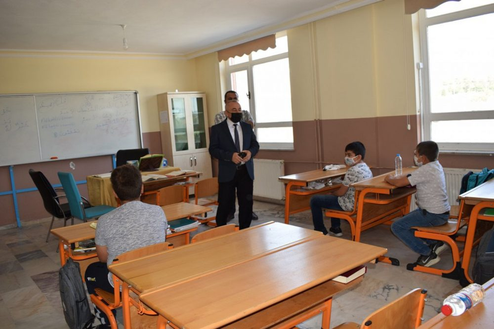 İlçe Milli Eğitim Müdürü İhsan Sepetci Şehit Yavuz Selim Karaman İmam Hatip Ortaokulunu ziyaret ederek, hafızlık eğitimi alan öğrencilerle yakından ilgilendi. Sepetci ziyaretinde okul müdürü Selçuk Çankaloğlu'ndan yapılan çalışmalar hakkında bilgi aldı. | Sungurlu Haber