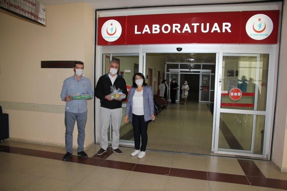 Sungurlu Belediye Başkanı Abdulkadir Şahiner, korona virüsle mücadele eden, gece gündüz demeden yoğun bir mesai harcayarak özveri gösteren sağlık çalışanlarına motivasyon ve destek için tatlı ve meyve ikramında bulundu. | Sungurlu Haber