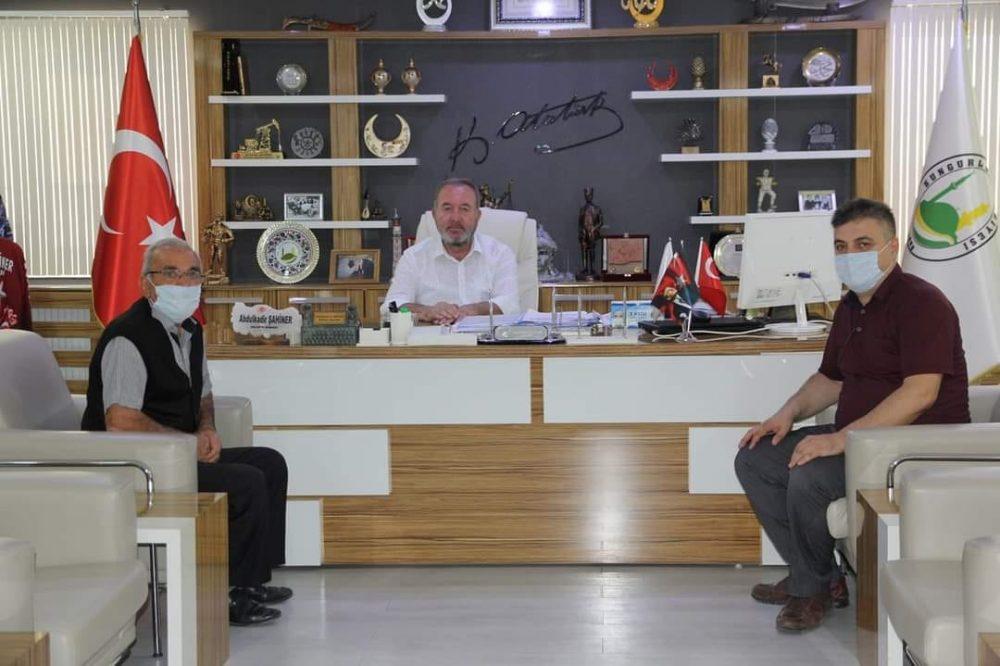Şehit Yasin Keyvanoğlu'nun babası Seyfi Keyvanoğlu ve Şehit Orhan Yazdıç'ın kardeşi Doğan Yazdıç, Belediye Başkanı Abdulkadir Şahiner'i makamında ziyaret ederek; Karşıyaka mezarlığında bulunan şehitlikte yapılan bakım onarım ve çevre düzenleme çalışmaları için teşekkür etti. | Sungurlu Haber