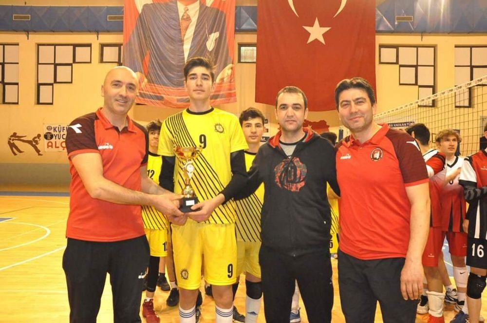 Sungurlu Eğitim Spor kulübü Antrenörü Fırat Arslan'ın yaptığı açıklamada, Eğitim Spor yine zoru başararak imkansızlıklar içinde çocuklara imkan yarattıklarını ve meyvelerini aldıkları için gururlu olduklarını dile getirdi. | Sungurlu Haber
