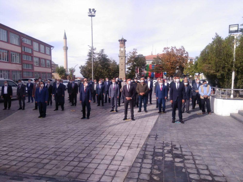 Sungurlu Kaymakamlığının düzenlediği etkinlikle 19 Ekim Muhtarlar Günü kutlandı.Atatürk Meydanında Saygı duruşu ve İstiklal Marşı'nın okunmasının ardından Kaymakam Fatih Görmüş muhtarlarla birlikte anıta çelenk bıraktı. | Sungurlu Haber