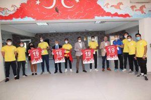 Türkiye 2.Voleybol Ligi'nde, ilçemizi ve ilimizi temsil edecek olan Sungurlu Belediye Spor voleybol takımı, Belediye Başkanı Abdulkadir Şahiner'i makamında ziyaret etti. | Sungurlu Haber