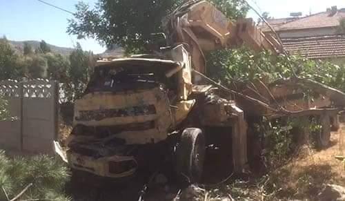 Boğazkale ilçesinde freni boşalan vinç, 2 katlı evin duvarını yıktıktan sonra eve çarptı. 1 kişi hayatını kaybettiği 3 kişinin de yaralandığı kazanın boyutu gün ağarınca ortaya çıktı. | Sungurlu Haber