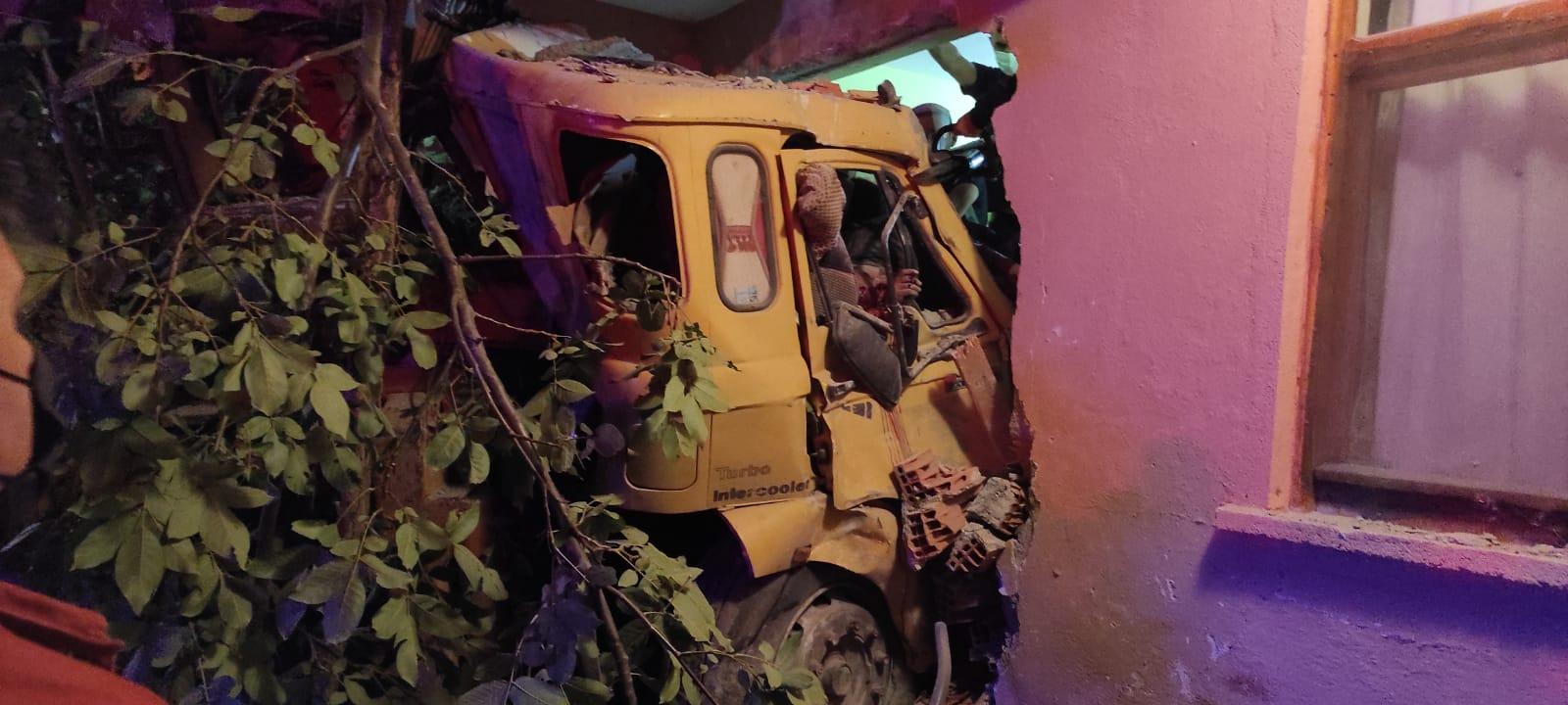 Boğazkale'de freni boşalan vinç 2 katlı evin duvarına çarptıktan sonra eve girdi. Kazada 2'si ağır 4 kişi yaralandı.