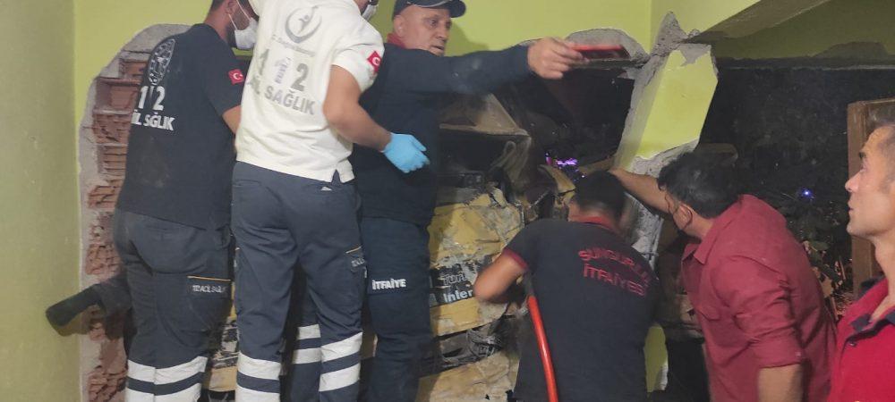 Boğazkale'de freni boşalan vinç 2 katlı evin duvarına çarptıktan sonra eve girdi. Kazada 2'si ağır 4 kişi yaralandı. | Sungurlu Haber