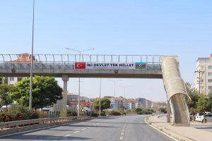 Sungurlu Belediyesi, Ermenistan'ın Azerbaycan topraklarına saldırması üzerine başlatılan operasyonlara destek vermek amacıyla şehrin girişine ve belediye hizmet binasına Azerbaycan bayrağı astı. | Sungurlu Haber