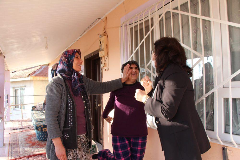 Sungurlu Belediye Başkanı Abdulkadir Şahiner, 3 Aralık Dünya Engelliler Günü sebebiyle Belediye Başkanı Abdulkadir Şahiner'in talimatıyla Başkan Yardımcısı Sakine Sarıyüce, engelli çocuğu olan ve engelli personellerini ziyaret ederek yanlarında olduklarını belirtti. | Sungurlu Haber