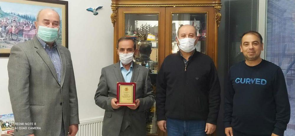 Bir süre önce emekli olan İl Valilik Basın ve Halkla İlişkiler Müdürü Mehmet Çelik'e Çorum Gazeteciler Cemiyeti Başkanı Şevket Erzen tarafından teşekkür plaketi verildi. | Sungurlu Haber