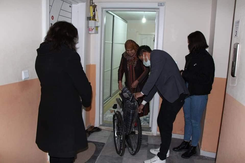 Sungurlu Belediye Başkanı Abdulkadir Şahiner, Alzheimer hastalığı ve kronik hastalıkları sebebiyle yürüyemeyen Fatma Erdurucan'a tekerlekli sandalye yardımında bulundu. | Sungurlu Haber
