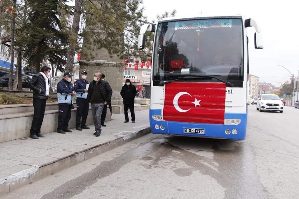 Barış Pınarı Harekâtı bölgesinde yol kontrol noktasına terör örgütü PKK/YPG tarafından düzenlenen bombalı saldırıda şehit olan hemşerimiz Uzman Çavuş Oğuzhan Anar'ın, Ankara Etimesgut'ta düzenlenecek cenaze törenine katılmak isteyen hemşerilerimiz için belediye otobüsü hareket etti. | Sungurlu Haber