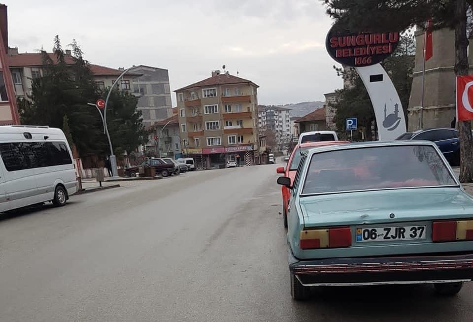2. Hafta sokağa çıkmanın kısıtlanmasının ardından Sungurlu'da polisler sokaklarda araçlar üzerinde uygulama yaparak izin belgelerini kontrol ediyor. | Sungurlu Haber