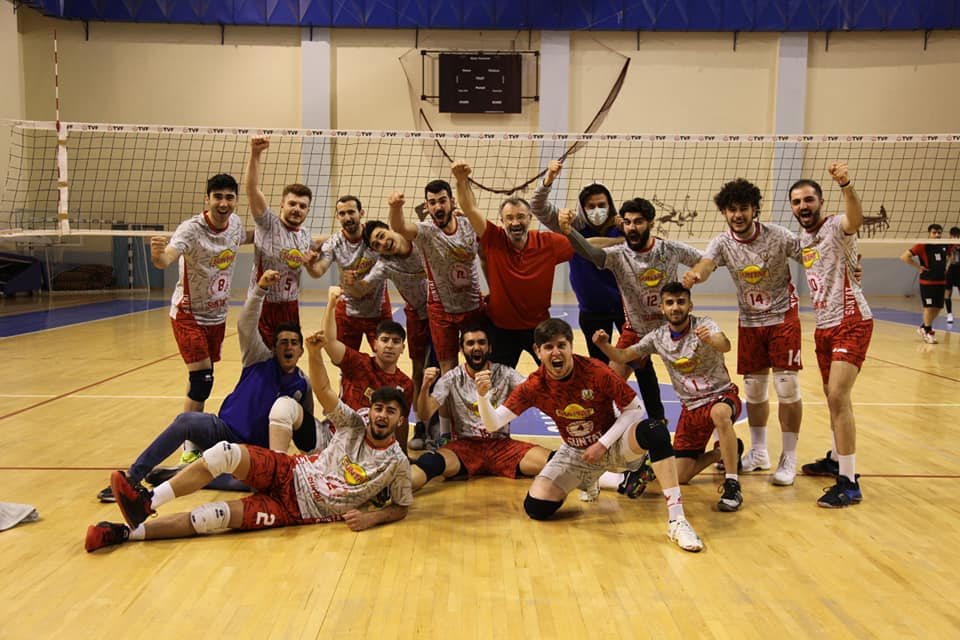 Türkiye Voleybol 2. Lig 2. grupta mücadele eden temsilcimiz Sungurlu Belediyespor, kendi evinde grubun yenilgisiz lideri Anadolu Volebol'u konuk etti. İlk seti vermesine rağmen temsilcimiz maçtan kopmadı ve karşılaşmayı karar setinde 3-2 kazandı ve puanını 11'e çıkardı. | Sungurlu Haber