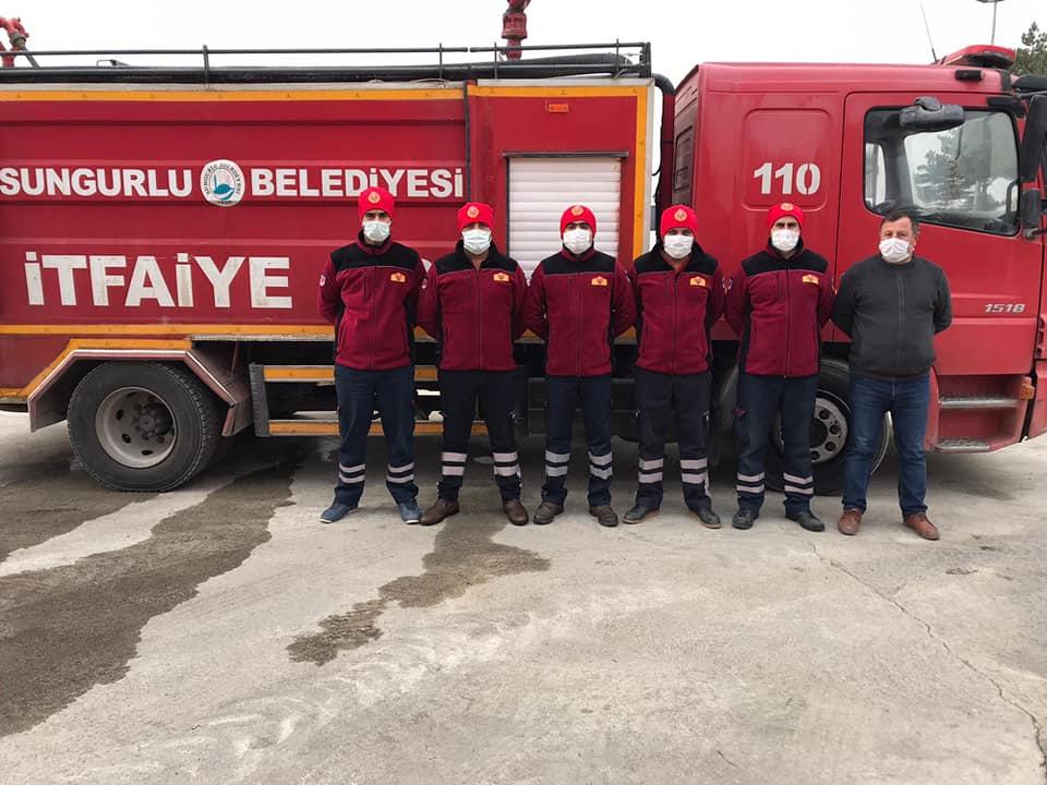 Sungurlu Belediyesi, havaların soğuması ile birlikte büyük bir özveriyle çalışan İtfaiye Müdürlüğünde görevli personele kışın giymeleri için elbise ve malzemeleri teslim etti. | Sungurlu Haber