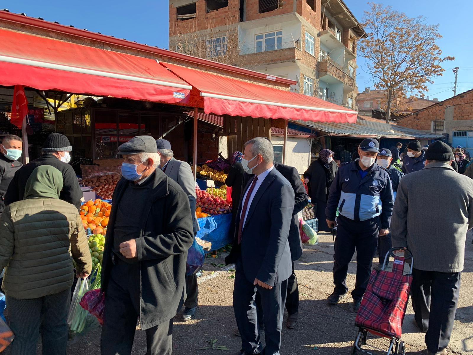Sungurlu Belediye Başkan Yardımcısı Mükremin Dağaşan, Perşembe pazarında incelemelerde bulundu.