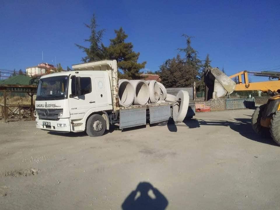 Sungurlu Belediye Başkanlığı, Ortaköy Belediyesi'ne alt yapı ve kanalizasyon hattı için malzeme desteği sağladı. Ortaköy Belediye Başkanı Taner İsbir, Şahiner'in 40 yıllık dostu olduğunu belirterek, malzeme desteğine teşekkür etti. | Sungurlu Haber