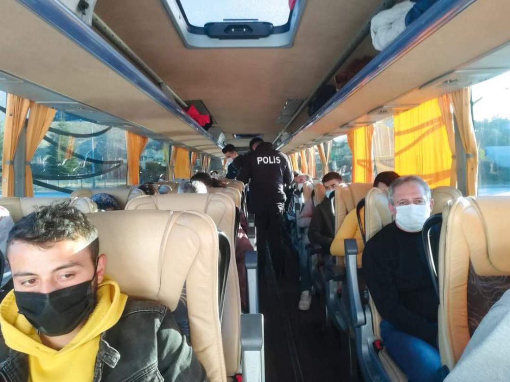 Sungurlu İlçe Emniyet Müdürlüğü ekipleri Sungurlu Otobüs Terminal'inde yolcu otobüslerinde HES kodu uygulaması gerçekleştirdi. Uygulamada vatandaşların HES kodlarının tam olduğu gözlemlendi. | Sungurlu Haber
