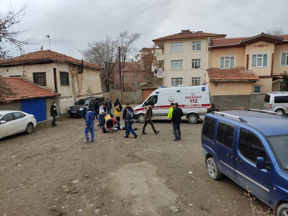 Sungurlu'da çıkan kavgada üzerine kurusıkı tabancayla ateş açılan epilepsi hastası bir genç başından yaralanarak hastaneye kaldırıldı. | Sungurlu Haber