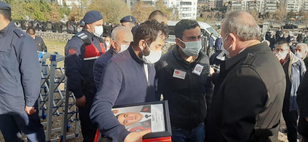 Barış Pınarı Harekatı bölgesinde bulunan Suriye'nin Rasulayn ilçesinde terör örgütü tarafından düzenlenen bombalı saldırıda şehit olan Sungurlulu Jandarma Uzman Çavuş Oğuzhan Anar, Ankara'da gözyaşları arasında toprağa verildi. | Sungurlu Haber