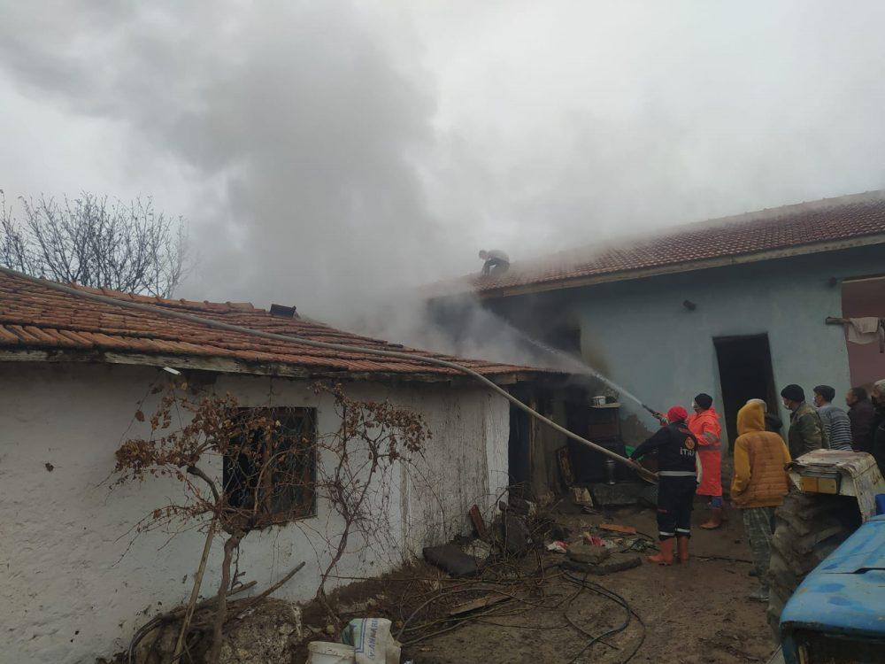 Sungurlu'ya bağlı Arifegazili köyünde bir ahırda çıkan yangın korkuttu. Yangında koyunlar son anda yanmaktan kurtarıldı. | Sungurlu Haber