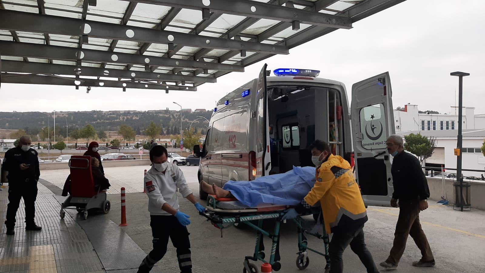 İntihara teşebbüs eden genç yoğun bakımda tedavisi sürüyor Sungurlu'da intihara kalkıştığı iddia edilen Murat K. (37) ağır yaralı olarak hastaneye kaldırıldı. Edinilen bilgilere göre olay sabah saatlerinde meydana geldi. Hacettepe Mahallesi'nde oturan Murat K. isimli genç, silahla intihar teşebbüsünde bulundu. Murat K.'yi kanlar içerisinde yerde yatarken bulan aile fertleri, durumu polis ve sağlık ekiplerine bildirdi. Olay yerine çağrılan ambulansla Sungurlu Devlet Hastanesi'ne kaldırılan genç, yapılan ilk müdahale sonrası Çorum Hitit Üniversitesi Erol Olçok Eğitim ve Araştırma Hastanesi'ne sevk edildi. 2018 yılında evi yanan Murat K.'nin psikolojik sorunları olduğu ve hayati tehlikesinin sürdüğü belirtildi. Polisin olayla ilgili soruşturması devam ediyor.