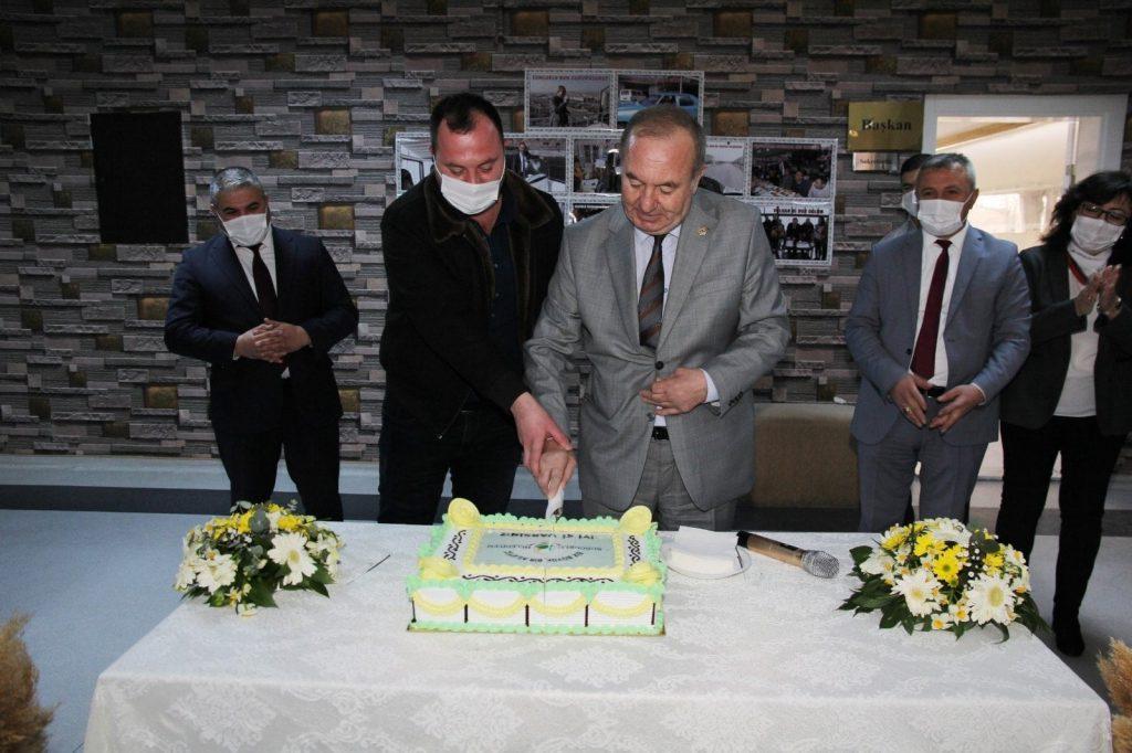 Sungurlu Belediye Başkanı Abdulkadir Şahiner'e, belediye personeli tarafından sürpriz doğum günü kutlaması yapıldı. Belediye hizmet binasında hazırlanan sürpriz organizasyonla karşılanan Başkan Şahiner, tüm çalışma arkadaşlarına teşekkür etti. | Sungurlu Haber