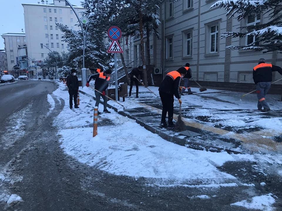 Sungurlu'da gece başlayan kar yağışı nedeniyle belediye ekipleri karla mücadele çalışmalarına başladı. | Sungurlu Haber